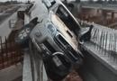 """Ôtô - Xe máy - Video: Liều đi qua cầu đang thi công, ô tô bị """"bó cứng"""" giữa hàng loạt thanh thép"""