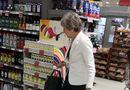 Tin thế giới - Sau tuyên bố từ chức, thủ tướng Anh thoải mái đi siêu thị cùng chồng