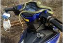 Video-Hot - Video: Kinh hãi con rắn dài hơn 1 mét nằm vắt vẻo trên đầu xe máy