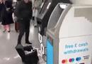 Kinh doanh - Video: Cây rút tiền Bitcoin bị lỗi tự động phun tiền ra ồ ạt