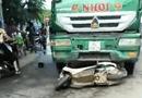 """Tin trong nước - Ô tô tải tông xe máy """"kẹp"""" 4, 2 phụ nữ tử vong"""