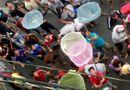 Tin trong nước - Video: Cả phố hỗn loạn vì thanh niên đua nhau dùng vợt tự chế tranh nhau nhặt tiền cúng cô hồn