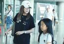 Tin tức giải trí - Triệu Vy lộ vẻ mệt mỏi, xuất hiện cùng con gái tại sân bay