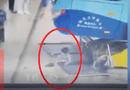 Tin thế giới - Video: Xe buýt mất lái đâm thẳng vào khu vực chờ của hành khách, bé gái thoát chết thần kỳ