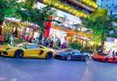 Ôtô - Xe máy - Người dân đổ xô ra đường chiêm ngưỡng loạt siêu xe triệu đô diễu hành trên phố