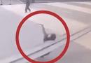 Tin thế giới - Video: Đang đi bộ thì bị thanh sắt rơi trúng, người phụ nữ tử vong tại chỗ