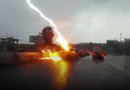 Tin thế giới - Ô tô bị sét đánh hai lần liên tiếp khi đang di chuyển trên đường cao tốc