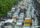 Tin trong nước - Hà Nội: Mưa lớn giờ cao điểm, hàng loạt ô tô nối nhau, ùn tắc kéo dài trên nhiều tuyến phố