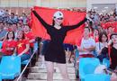 """Cộng đồng mạng - Dân mạng truy tìm cô gái """"nổi bần bật"""" trên khán đài trong trận Việt Nam - Malaysia"""