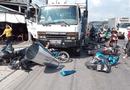 Tin trong nước - Long An: Mất lái, ô tô tải tông 7 xe máy đang chờ đèn đỏ khiến 11 người bị thương