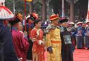 Tin thế giới - Sau 107 năm nhà Thanh sụp đổ, hậu duệ đời thứ 7 của vua Càn Long vẫn mặc long bào thờ cúng tổ tiên