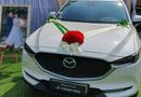 """Đời sống - Đúng ngày cưới bố mang Mazda trắng để trước rạp cùng tấm biển """"Tặng con gái, lễ thành hôn"""""""