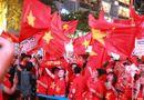 Tin thế giới - Cờ đỏ rợp trời, hàng nghìn CĐV xuống đường ăn mừng chiến thắng của đội tuyển U22 Việt Nam
