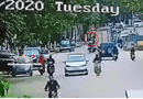 Ôtô - Xe máy - Video: Đánh lái tránh ô tô mở cửa đột ngột, người phụ nữ bị xe tải cán chết thương tâm