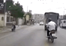 Ôtô - Xe máy - Tránh ô tô, người đàn ông đi xe máy cuống cuồng đạp phanh đến văng cả dép