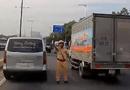 Ôtô - Xe máy - Video: Lách làn vượt ẩu trên đại lộ, tài xế gặp ngay cảnh sát giao thông