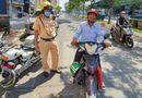 Việc tốt quanh ta - Cảnh sát giao thông tặng tiền cho người đàn ông bị thu xích lô