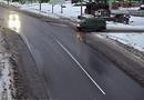 Ôtô - Xe máy - Video: Vừa bị minivan đâm vào phần hông, sedan tiếp tục bị một xe khác tông văng trên đường mưa