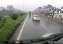 Ôtô - Xe máy - Video: Ô tô con chạy ẩu lấn làn, bị container tông nát đầu