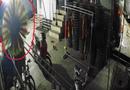 """Pháp luật - Điều tra vụ đạo chích dùng chổi che camera """"cuỗm"""" gần 300 triệu đồng"""