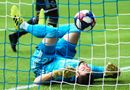 Bóng đá - Video: Cầu thủ đau tê tái vì đâm thẳng vào cột sau khi cứu thua trên vạch vôi
