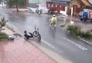 Việc tốt quanh ta - Nam sinh lớp 6 dọn rác ở miệng cống giữa trời mưa tầm tã khiến cộng đồng mạng thán phục