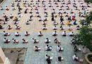 """Giáo dục pháp luật - Choáng với cảnh hàng trăm học sinh """"hạ cánh"""" dưới sân trường để làm bài kiểm tra"""