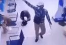 Video-Hot - Video: 2 đối tượng cướp tiền, rút súng đe dọa nhân viên ngân hàng BIDV như phim hành động