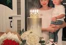 """Chuyện làng sao - Phạm Hương khoe ảnh mừng sinh nhật cùng quý tử, chiếc nhẫn kim cương kích cỡ khủng """"lấp ló"""" trên tay lại chiếm trọn spotlight"""