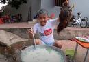 """Cộng đồng mạng - Nấu nồi cháo gà nguyên lông """"siêu to khổng lồ"""", con trai bà Tân Vlog gây phẫn nộ"""