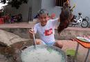 """Đời sống - Bị xử phạt vì đăng clip """"nấu cháo gà nguyên lông"""", con trai bà Tân Vlog nói gì?"""