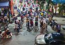 """Tin trong nước - Người Hà Nội """"đội mưa"""", xếp hàng dài như thời bao cấp chỉ để mua được cặp bánh trung thu"""