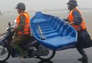 Việc tốt quanh ta - Cảm động hình ảnh thượng úy công an giữ thuyền, chạy theo xe máy 2km đến nhà cứu dân