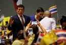 """Tin thế giới - Vua Thái Lan kêu gọi đoàn kết sau khi người biểu tình """"quay lưng"""" với đoàn xe hoàng gia"""
