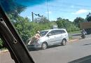 An ninh - Hình sự - Đắk Lắk: Làm rõ việc CSGT phải đu mình trên nắp ca-pô xe 7 chỗ