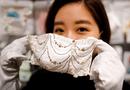 Tin thế giới - Chiếc khẩu trang đính kim cương, ngọc trai có giá 10.000 USD tại Nhật Bản