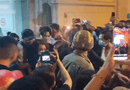 Chuyện làng sao - Nghẹn ngào cảnh Việt Hương khóc lặng người, đi không nổi sau khi viếng cố nghệ sĩ Chí Tài
