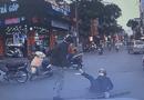 """Video-Hot - Video: Hai người đàn ông dùng """"nắm đấm"""" giải quyết sau va chạm giữa phố"""