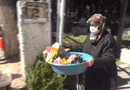 """Gia đình - Tình yêu - Cặm cụi bán hoa ở nghĩa trang kiếm tiền ăn học cho con, mẹ """"chết lặng"""" trước sự thực cay đắng"""