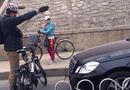 """Cộng đồng mạng - Bức ảnh """"ông Tây"""" chặn đầu ô tô đi sai làn, gây sốt"""