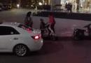 Cộng đồng mạng - Dậy sóng clip chàng trai quỳ gối trước mặt mẹ người yêu trên phố Hà Nội