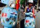 Cộng đồng mạng - Nữ giảng viên dán cờ đỏ sao vàng trên xe máy