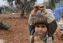 Tin thế giới - Nhói lòng bức ảnh bé gái Syria giơ tay đầu hàng máy ảnh