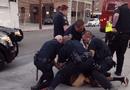 Tin thế giới - Đi bộ sai làn, thiếu niên 16 tuổi bị cảnh sát dùng dùi cui tấn công
