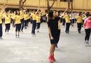 Cộng đồng mạng - Học sinh Hà Nội tập thể dục trên nền nhạc EDM sôi động
