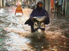 """Tin trong nước - Hà Nội đón mưa lớn giải nhiệt sau nhiều ngày nắng nóng, đường phố bỗng hóa thành """"sông"""""""