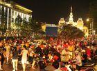 """Bóng đá - Phố đi bộ Nguyễn Huệ lắp 5 màn hình LED """"khủng"""" trực tiếp trận Việt Nam - UAE"""