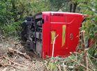 Tin trong nước - Mất lái ô tô khách lao xuống vực, hơn chục khách thoát chết
