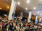 Tin trong nước - Nửa đêm, sân bay Tân Sơn Nhất vẫn chật kín vì người dân đón thân nhân về ăn Tết