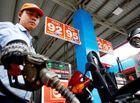 """Kinh doanh - Giá xăng dầu dự kiến giảm """"sốc"""" chưa từng có, còn khoảng hơn 10.000 đồng/lít"""